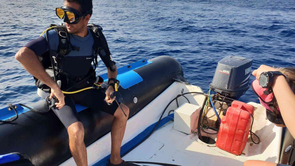 Ponor, který mají potápěči před sebou, bude trvat asi hodinu a půl. Člun bude poblíž a jakmile se podle předem stanoveného plánu vynoří, okamžitě je vyzvedne.