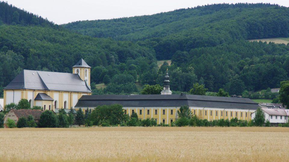 Barokní areál někdejšího kláštera v Bílé Vodě je pozoruhodný zejména pohledem z Polska