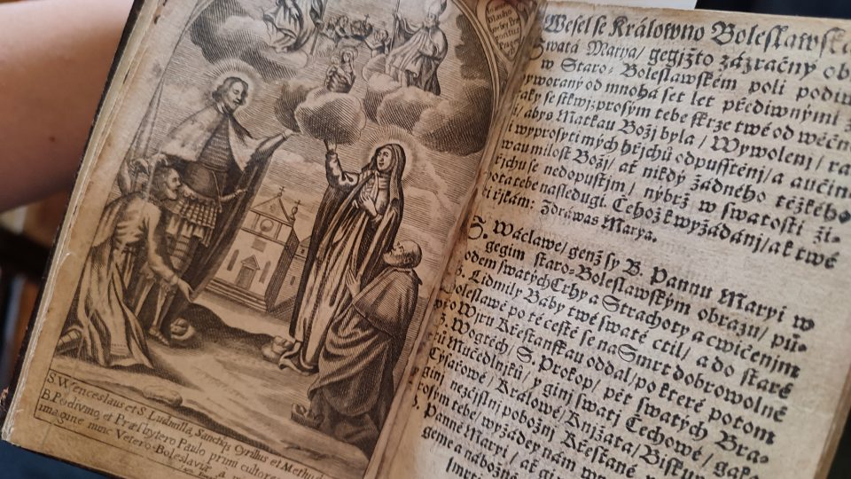 Jedno zvyobrazení svaté Ludmily ve starých knihách, které uchovávají vpražském Klementinu