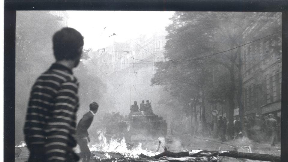 Jedna z fotografií ze série U rozhlasu – srpen 1968