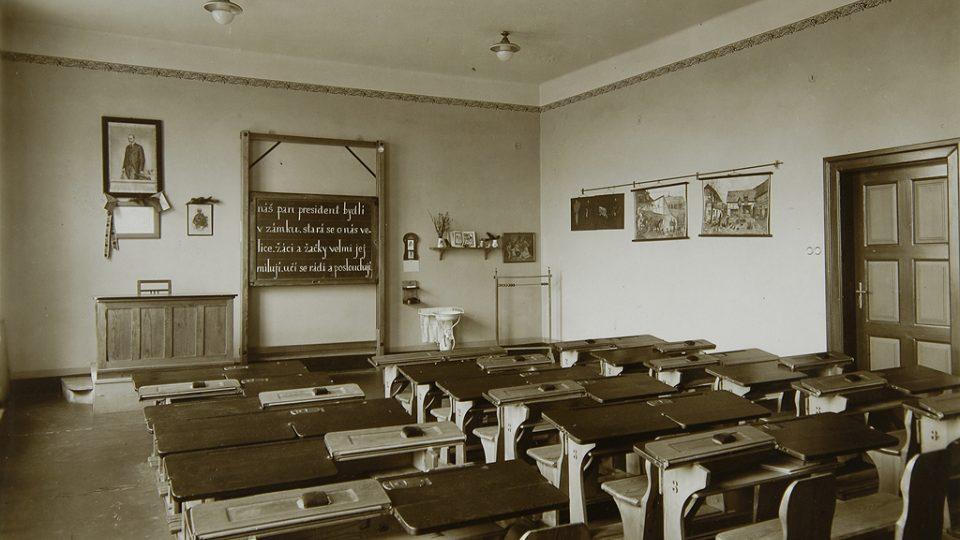 Dobová fotografie školní třídy