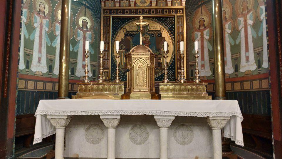Hlavní oltář kostela. Osm andělů v apsidě malovaly sestry benediktinky v roce 1911 pod vedením D. Lenze