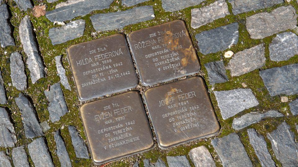 Ulice Na Hradbách 124 v Kolíně; stolpersteiny před domem, kde žili Federovi