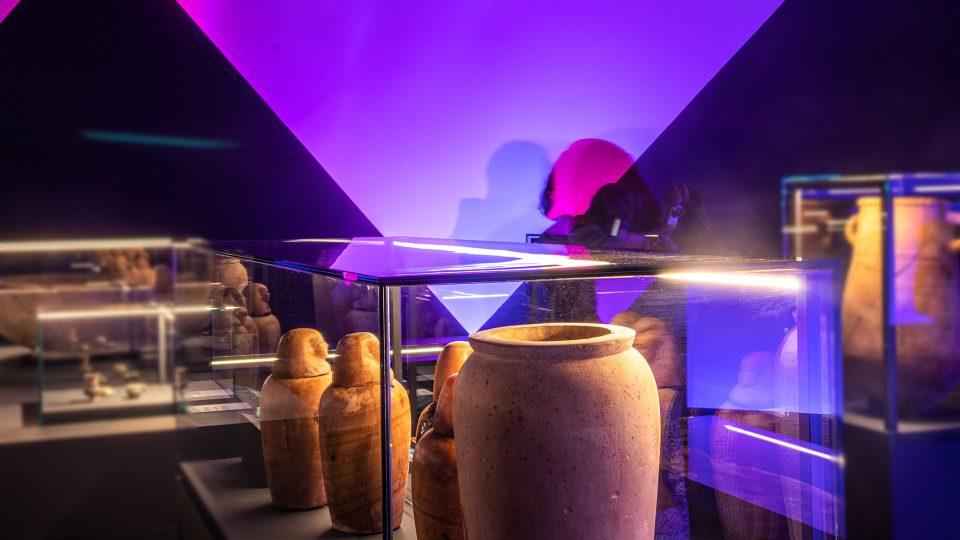 Ukázka kanop, expozice Sluneční králové v Národním muzeu