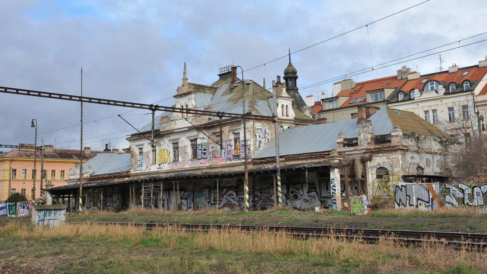 Zchátralé nádraží na pražském Vyšehradě.