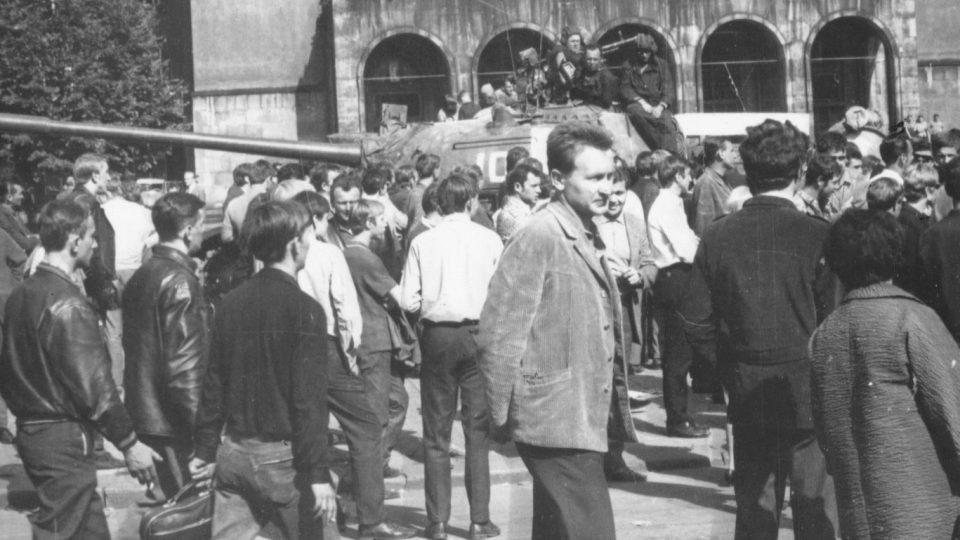Sovětské tanky a Ostravané před Novou radnicí, sídlem Městského národního výboru v Ostravě 21. srpna 1968