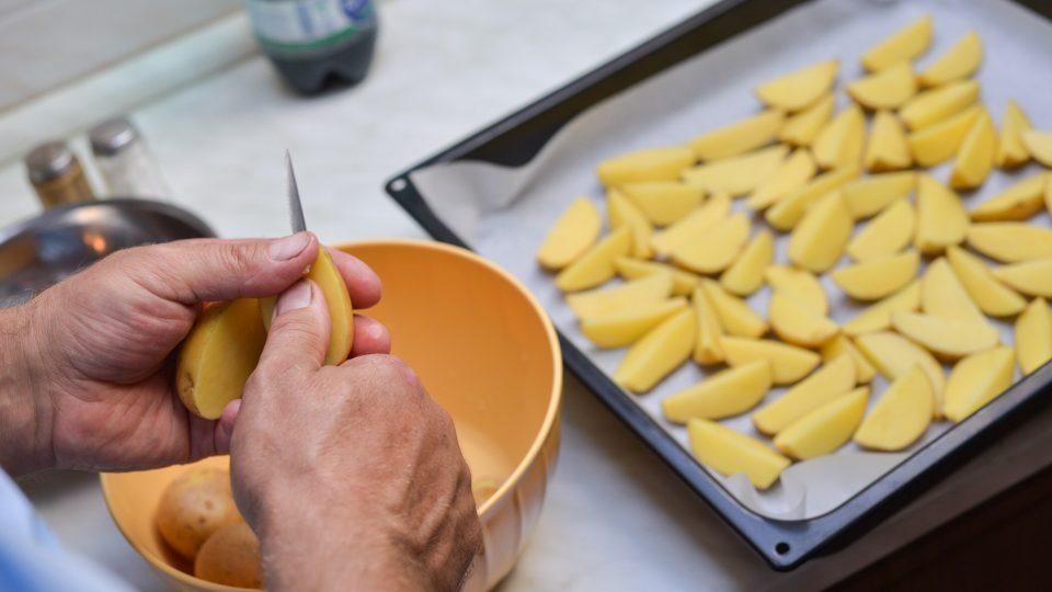 Připravíme si brambory na přílohu