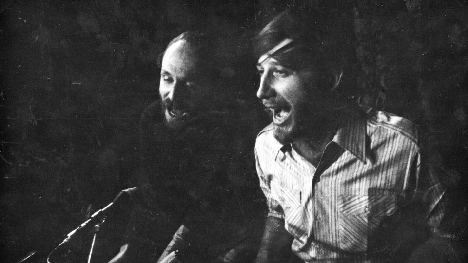 Jan Vodňanský s Petrem Skoumalem v Činoherním klubu při zkoušce na představení Hurá na Bastilu (duben 1970)