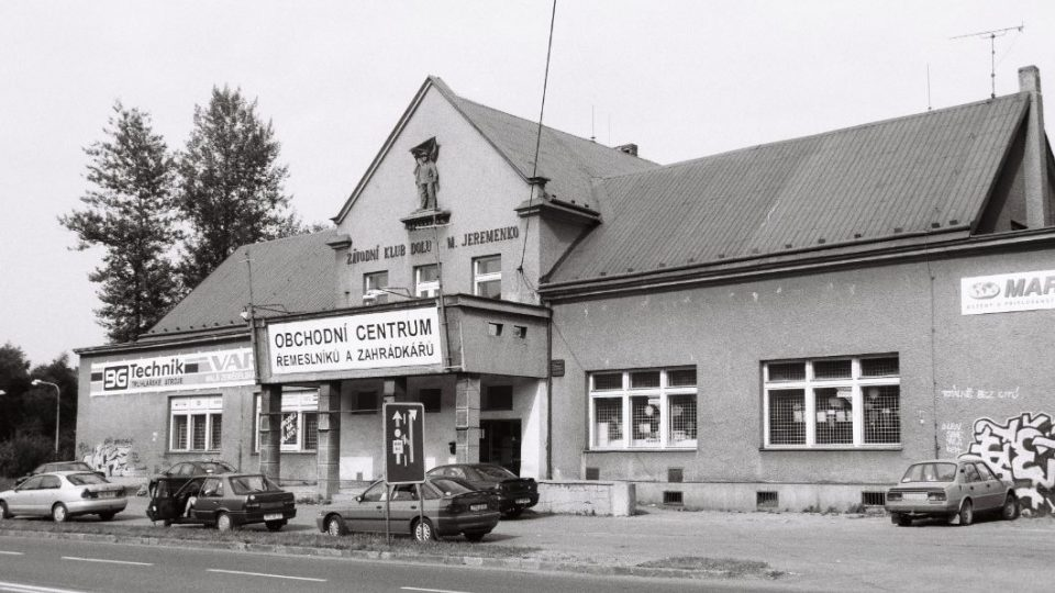 Závodní klub dolu M. Jeremenko se v průběhu let změnil v obchodní centrum. Foto z roku 1999