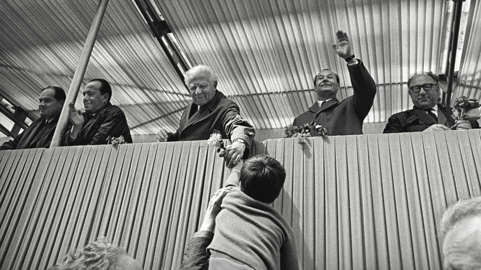 Když byl Ludvík Svoboda spolu s Alexandrem Dubčekem na tribuně oslav Prvního máje 1968 spontánně pozdravován davy lidí, zastával funkci prezidenta pouhé dva měsíce. © Dagmar Hochová