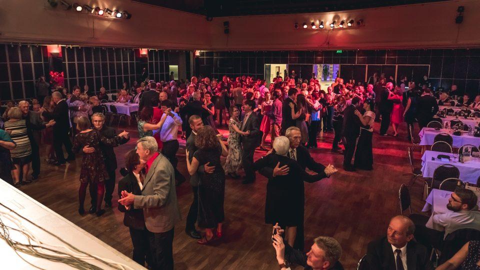 Ve společenském sále DK Metropol v Českých Budějovicích se opět konala Rozhlasová tančírna. Tentokrát byla akce spojena s oslavami 100 let republiky