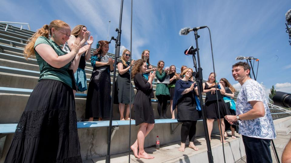 Zkouška sirén jako umělecké dílo: Orchestr BERG zahrál plavcům v bazénu v Podolí