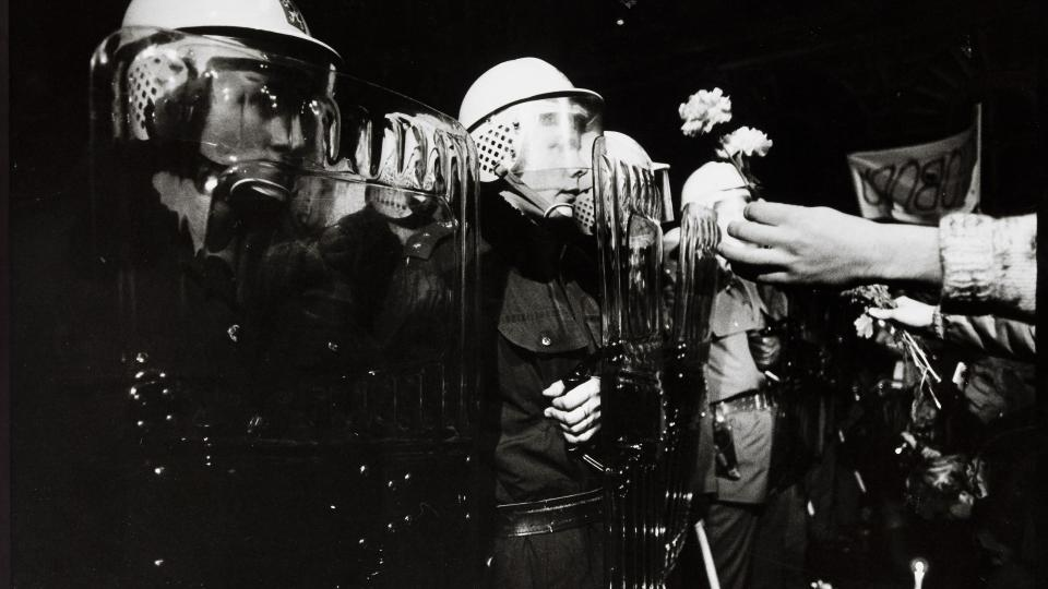 9. Pavel Štecha, 17. listopadu 1989, Praha, 1989, černobílá fotografie, 40 x 57 cm, GHMP