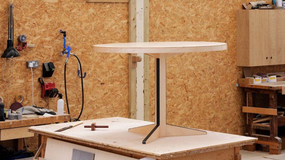 Dvojice staronových stolů od Marcela Breuera pro značku Isokon Plus