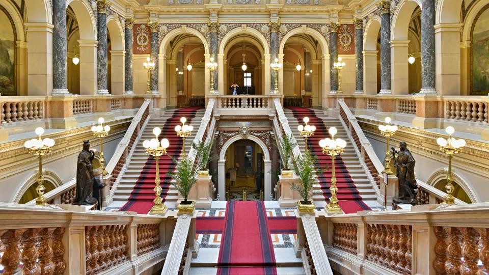 Opravená schodišťová dvorana