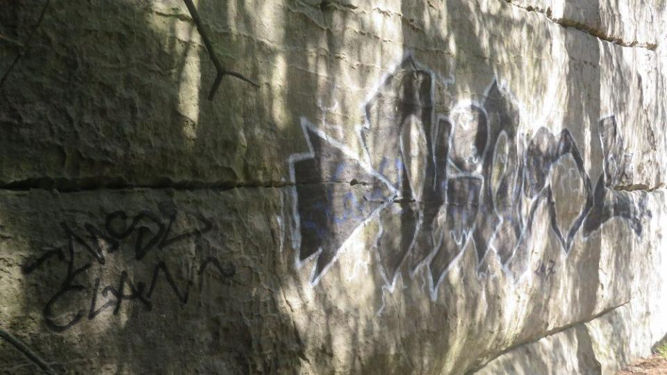 Sprejer řádil v Prachovských skalách