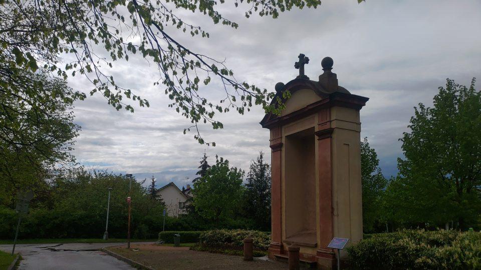 Kaple č. VIII bývala na Karlovarské ul., vroce 2009 ji přemístili ke kostelu P. Marie Vítězné