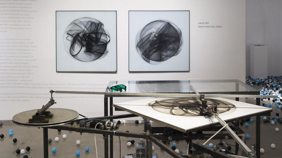 Deterministický chaos,malba na skle od Jakuba Petra. SPACE v Galerii Kvalitář
