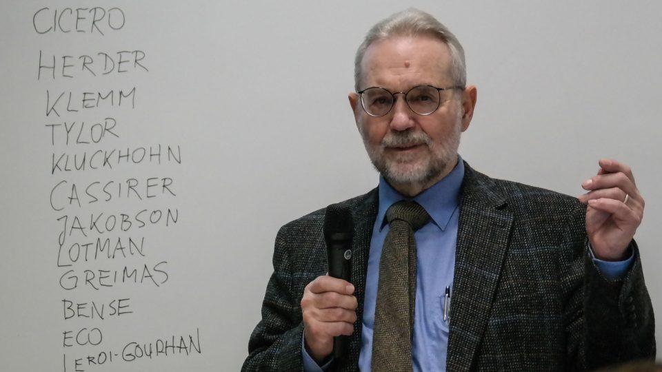 Roland Posner (nar. 1942 v Praze) během přednášky v Olomouci v roce 2014