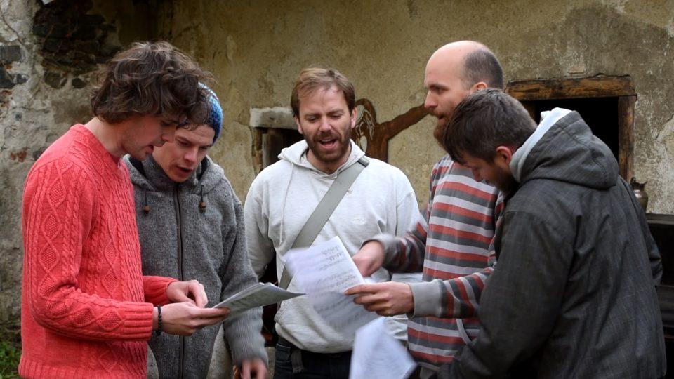 Kapela Zrní při natáčení rozhlasového dokumentu