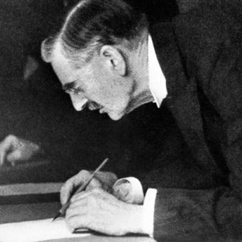 """Mír pro naši dobu."" Chamberlain podepisuje mnichovskou dohodu, 30. září 1938 /  ""Peace for our time."" Chamberlain signs the Munich Agreement, September 30, 1938"