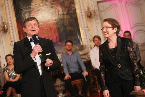 Čestná prezidentka festivalu Hana Maciuchová a ředitel festivalu Josef Podstata na slavnostním zakončení Prix Bohemia Radio 2018