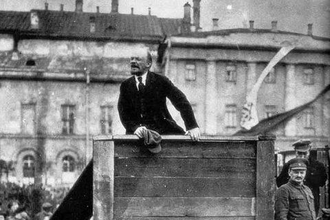 Lenin a Trocký na Sverdlovském náměstí v roce 1920