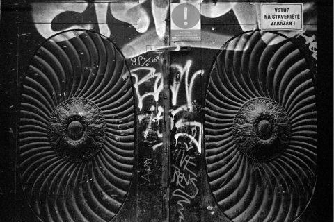 """""""Sluneční"""" dveře v Soukenické ulici v Praze"""