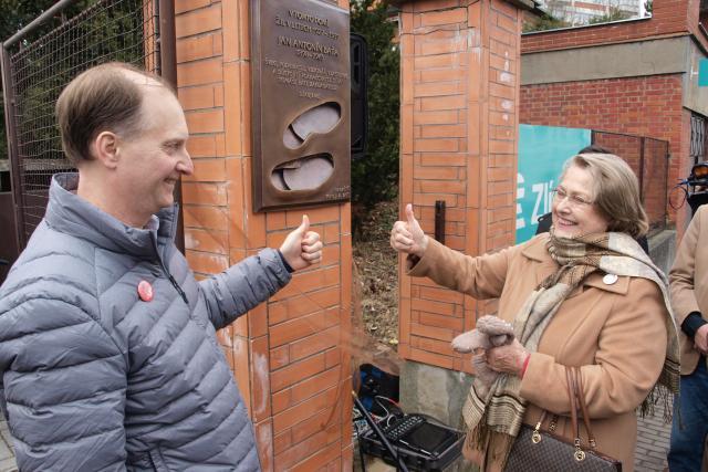 Dolores Liliana Bata Arambasic a John Nash při odhalení pamětní desky Janu Antonínu Baťovi | foto: Tomáš Fránek