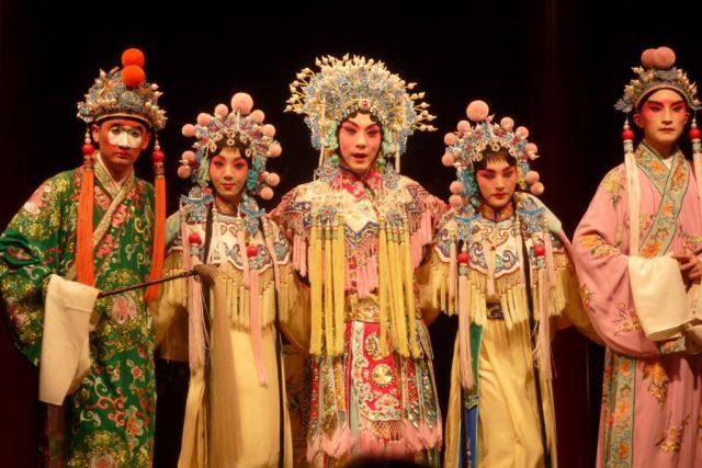 Pekingská opera je nedílnou součástí čínské historie. Snoubí v sobě zpěv,  hudbu,  herectví,  tanec i bojové umění | foto: Xavier Serra / Flickr.com,  CC BY-SA 2.0