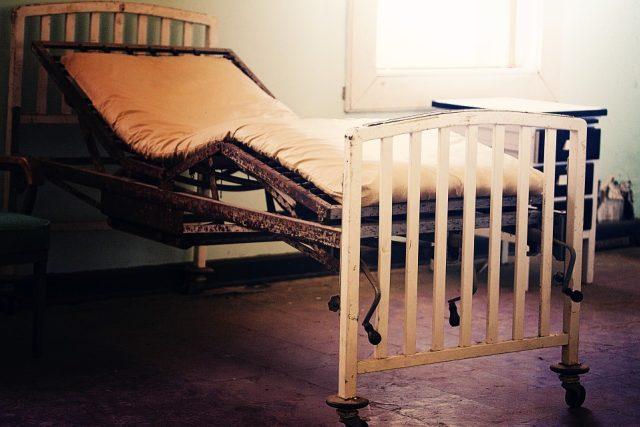 Nemocnice, nemocniční lůžko, postel, stáří