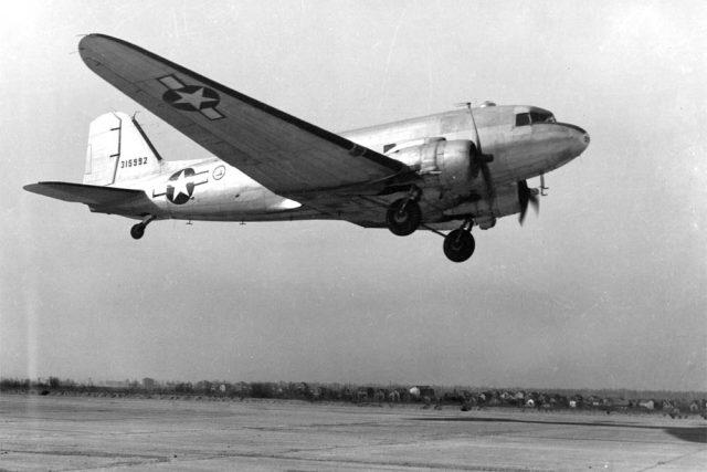 """Letoun C-47 Skytrain, který byl vojenskou verzí dopravního letounu DC-3 známého pod názvem """"Dakota"""", snad nejslavnějšího letadla vůbec."""