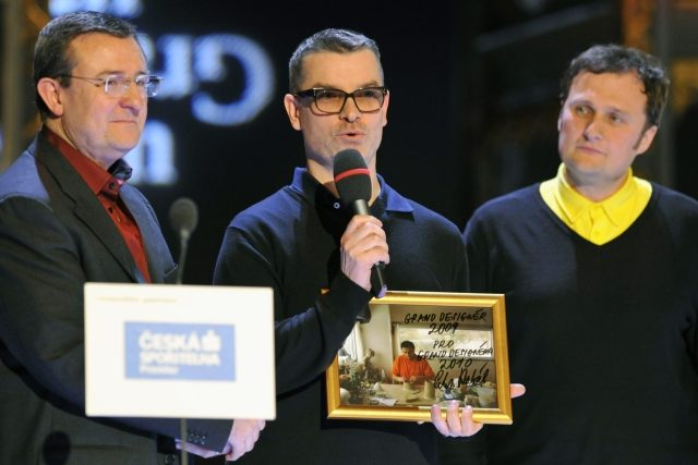 Jan Němeček  (vlevo) a Michal Froněk  (uprostřed) ze studia Olgoj Chorchoj získali 12. února v Praze hlavní cenu Czech Grand Design 2010 | foto: ČTK