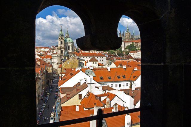Pohled z okna Mostecké věže na Malé Straně | foto: Miroslav Švec
