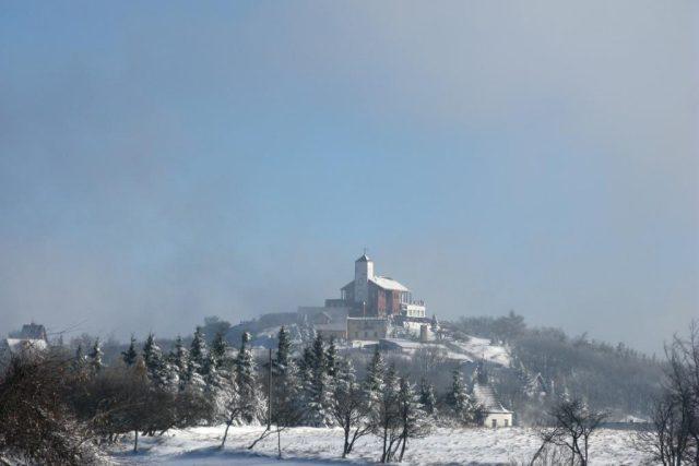 Na Krušných horách napadl první letošní sníh. Komáří vížka.