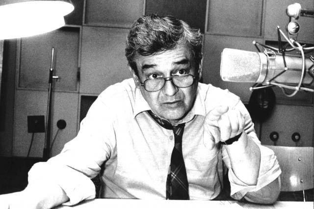 Josef Vinklář v rozhlasovém studiu