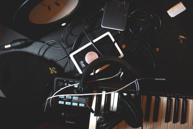 hudba, sluchátka, klávesy