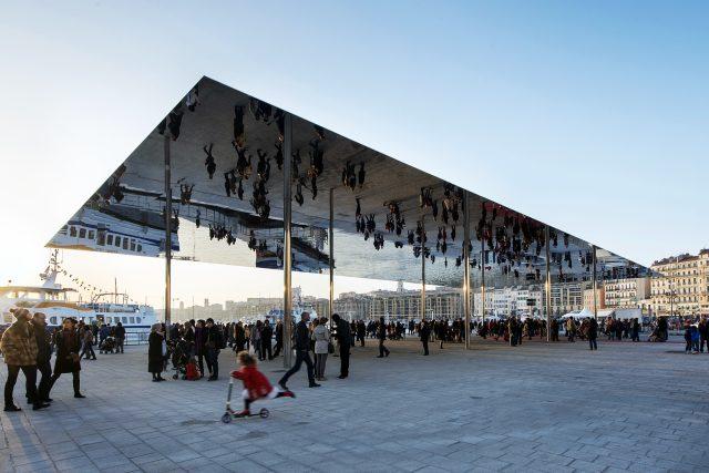 Renovace starého přístavu s obřím zrcadlem v multikulturním Marseille