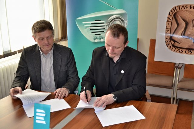 Josef Podstata a František Kowolowski při podpisu spolupráce ČRo Ostrava a FU OU | foto: Daniel Martínek