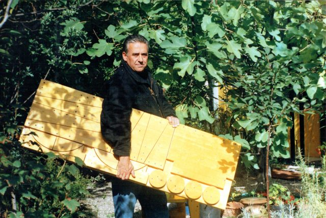 Architekt a designér Cesare Leonardi v roce 1995