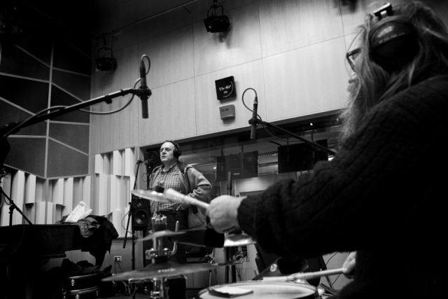 Jaroslav Dušek improvizuje v rozhlasovém studiu v rámci Kabaretu v éteru se svým divadlem Vizita (na bicí hraje Zdeněk Konopásek)