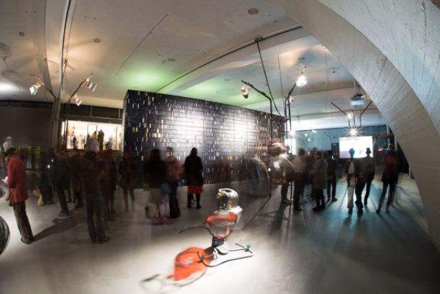 Podmořské kabely a chrám z videokazet. Výstava berlínského Transmediale promlouvá o umělé inteligenci i skrytých strukturách světa
