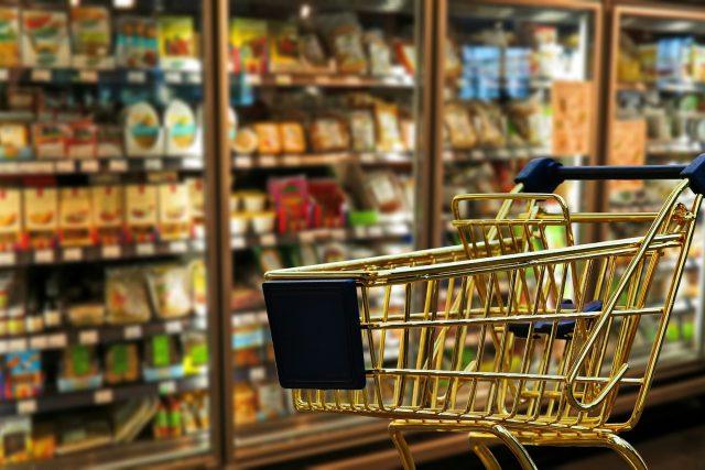 nákupy - nákupní košík - supermarket - v supermarketu
