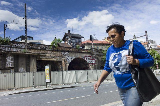 Negrelliho viadukt v místech, kde stála legendární hospoda U Fandy. Je srovnaná se zemí