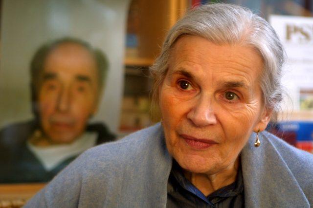Běla Kolářová s fotografií Jiřího Koláře