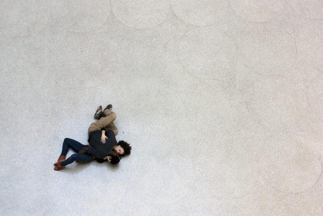 Tino Sehgal: performance Kiss v Guggenheimově muzeu