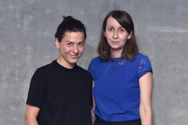 Eva Koťátková (v černém) a Barbora Kleinhamplová (v modrém) z projektu Institu úzkosti