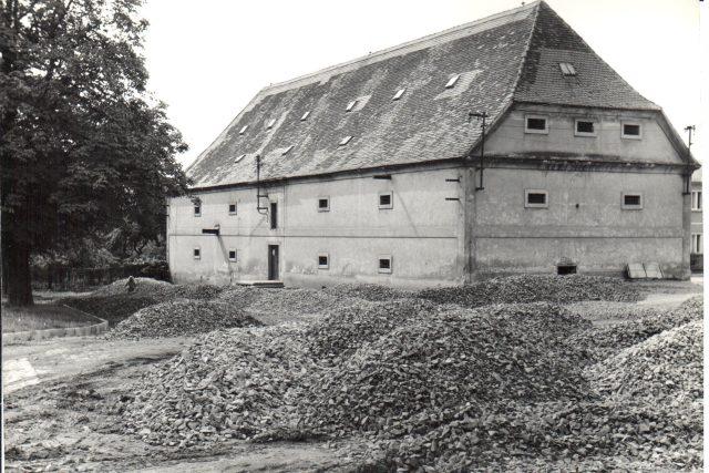 Muzeum T. G. Masaryka v Lánech, budování parkoviště, 90. léta, někdejší sýpka