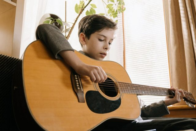 kluk,  chlapec,  kytara,  hudební nástroj | foto: Pexels,  CC0 1.0