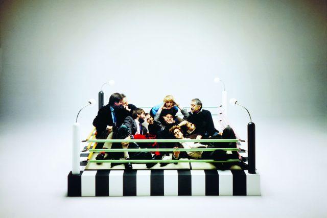 "Skupinové foto členů Memphis na posteli ve tvaru boxerského ringu ""Tawaraya"" od Masanori Umeda, 1981"
